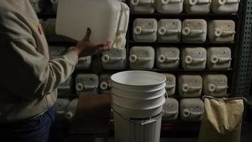 filmati al rallentatore di forniture e processi di produzione di birra in casa - produzione di birra 001
