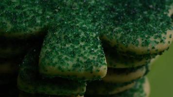 filmische, rotierende Aufnahme von Saint Patty's Day Cookies auf einem Teller - Cookies St Patty 031 video