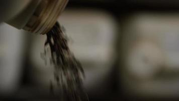 filmati al rallentatore di forniture e processi di produzione di birra in casa - produzione di birra 008