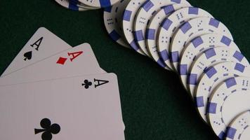 colpo rotante di carte da poker e fiches da poker su una superficie di feltro verde - poker 054 video