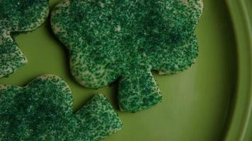filmische, rotierende Aufnahme von Saint Patty's Day Cookies auf einem Teller - Cookies St Patty 012 video