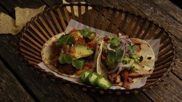 Foto giratoria de deliciosos tacos sobre una superficie de madera - barbacoa 148