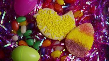Colpo cinematografico e rotante di biscotti di Pasqua su un piatto - biscotti di Pasqua 023