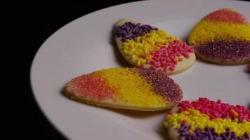 filmische, rotierende Aufnahme von Osterplätzchen auf einem Teller - Kekse Ostern 012 video