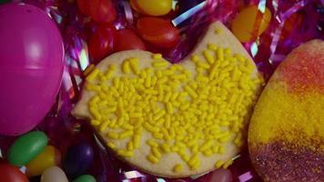 colpo cinematografico e rotante di biscotti di Pasqua su un piatto - biscotti di Pasqua 024