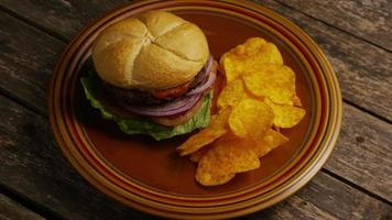 Foto giratoria de deliciosa hamburguesa y papas fritas - BBQ 157 video