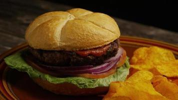 Foto giratoria de deliciosa hamburguesa y papas fritas - BBQ 167