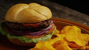 rotierender Schuss von leckeren Burger- und Kartoffelchips - Grill 166