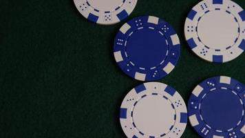 colpo rotante di carte da poker e fiches da poker su una superficie di feltro verde - poker 037 video