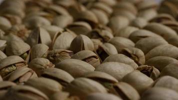 ripresa cinematografica e rotante di pistacchi su una superficie bianca - pistacchi 023 video
