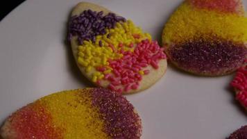 Colpo cinematografico e rotante di biscotti pasquali su un piatto - biscotti pasquali 009