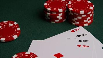 colpo rotante di carte da poker e fiches da poker su una superficie di feltro verde - poker 003 video