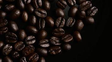 rotierender Schuss von köstlichen, gerösteten Kaffeebohnen auf einer weißen Oberfläche - Kaffeebohnen 005