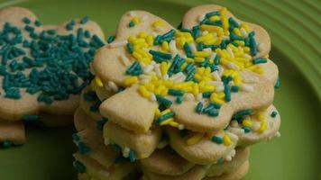 filmische, rotierende Aufnahme von Saint Patty's Day Cookies auf einem Teller - Cookies St Patty 026 video