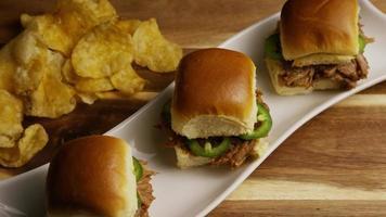 foto rotativa de deliciosas barras de porco desfiada - churrasco 103 video