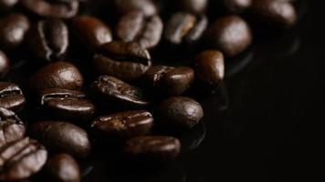 rotierender Schuss von köstlichen, gerösteten Kaffeebohnen auf einer weißen Oberfläche - Kaffeebohnen 018