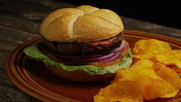 Foto giratoria de deliciosa hamburguesa y papas fritas - BBQ 165