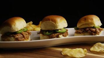 foto rotativa de deliciosos cursores de carne de porco desfiada - churrasco 107 video