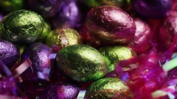 colpo rotante di caramelle colorate pasquali su un letto di erba pasquale - pasqua 240