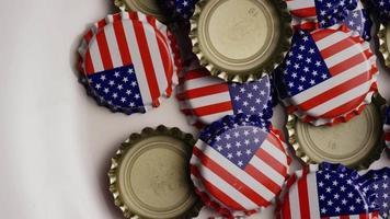 Plan rotatif de capsules de bouteilles avec le drapeau américain imprimé dessus - capsules de bouteilles 024