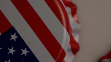 Plan rotatif de capsules de bouteilles avec le drapeau américain imprimé dessus - capsules de bouteilles 007