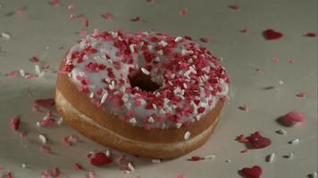 donas cayendo y rebotando en cámara ultra lenta (1,500 fps) sobre una superficie reflectante - donuts fantasma 028