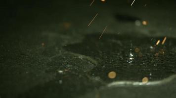 faíscas em câmera ultra lenta (1.500 fps) em uma superfície reflexiva - faíscas fantasma 036