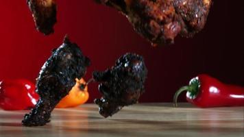 alitas de pollo ahumadas cayendo y rebotando en cámara ultra lenta (1,500 fps) - alitas de pollo fantasma 036
