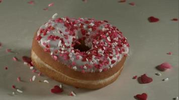 ciambelle che cadono e rimbalzano in ultra slow motion (1.500 fps) su una superficie riflettente - donuts phantom 026