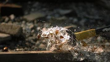 Glasflasche in Ultra-Zeitlupe zerschlagen (1.500 fps) - Flasche zertrümmert Phantom 004
