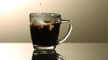 leche vertida en café en cámara ultra lenta (1,500 fps) - café con leche fantasma 001