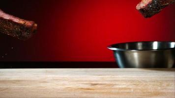 Grill geworfen und hüpfend in Ultra-Zeitlupe (1.500 fps) mit aromatischen Gewürzen - Grill-Phantom 046