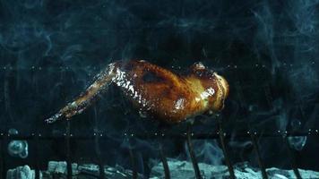 asar alitas de pollo a la barbacoa en cámara ultra lenta (1,500 fps) en una parrilla ahumada de madera - bbq phantom 003