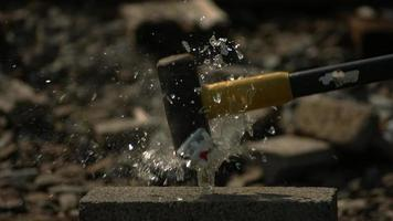 garrafa de vidro quebrada em câmera ultralenta (1.500 fps) - quebra de garrafa fantasma 003