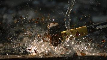 garrafa de vidro estilhaçada em câmera ultra lenta (1.500 fps) - phantom quebra de garrafa 006