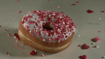 ciambelle che cadono e rimbalzano in ultra slow motion (1.500 fps) su una superficie riflettente - donuts phantom 025