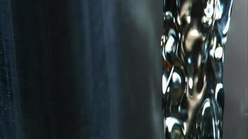 cerveja dourada derramando em câmera ultra lenta (1.500 fps) - fantasma de asas de frango 013 video