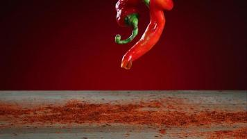 peperoni che cadono e rimbalzano in ultra slow motion (1.500 fps) su una superficie riflettente - bouncing peppers phantom 011