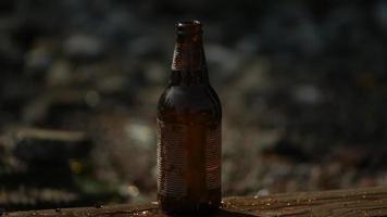 garrafa de vidro estilhaçada em câmera ultra lenta (1.500 fps) - phantom quebra de garrafa 007