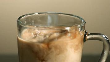 melk in ultra slow motion (1500 fps) in koffie gegoten - coffee w milk phantom 012