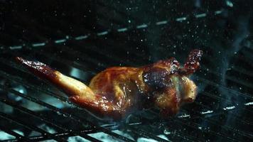asar alitas de pollo a la barbacoa en cámara ultra lenta (1,500 fps) en una parrilla ahumada de madera - bbq phantom 008