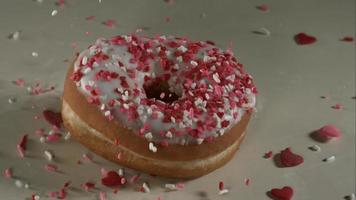 ciambelle che cadono e rimbalzano in ultra slow motion (1.500 fps) su una superficie riflettente - donuts phantom 027
