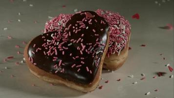 ciambelle che cadono e rimbalzano in ultra slow motion (1.500 fps) su una superficie riflettente - donuts phantom 022