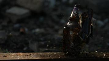 garrafa de vidro estilhaçada em câmera ultra lenta (1.500 fps) - fantasma de quebra de garrafa 008 video