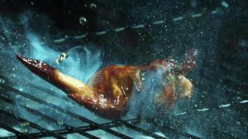 asar alitas de pollo a la barbacoa en cámara ultra lenta (1,500 fps) en una parrilla ahumada de madera - bbq phantom 007