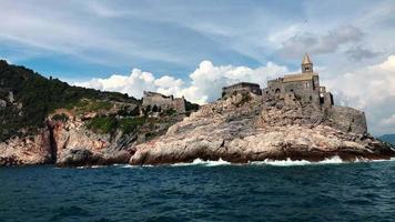 Boot vorbei an alter Kirche von Saint Peter in Portovenere in 4k video