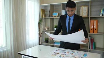 empresário estressante do trabalho e encorajador dos colegas. trabalho e trabalho em equipe video