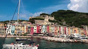 barco passando pela igreja de santuario di nostra signora delle grazie em 4k