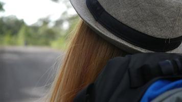mulher caminhando na estrada