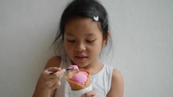 mignonne petite fille mangeant de la glace et grand sourire